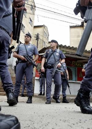 policiais-militares-circulam-pela-regiao-do-parque-novo-mundo-na-zona-norte-de-sao-paulo-nesta-terca-feira-29-depois-de-protesto-contra-a-morte-de-um-adolescente-durante-uma-abordagem-1383069195334_300x420